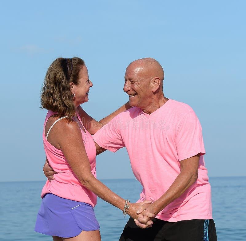 Ouder paar die op strand dansen royalty-vrije stock foto