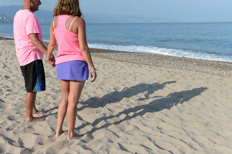 Ouder paar die zich op strand bevinden stock afbeeldingen