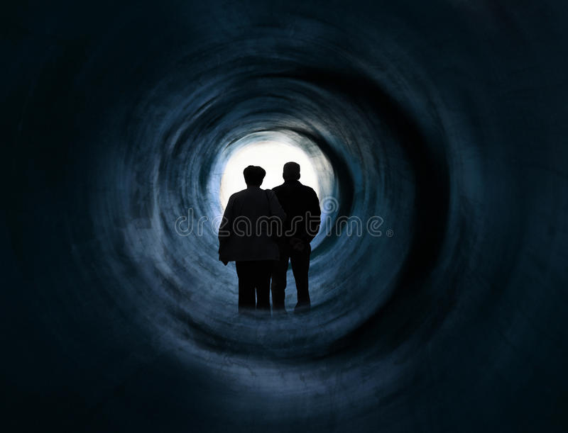 Ouder paar voor wit licht tunneleind stock foto's
