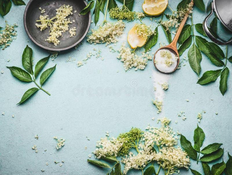 Oudere bloemen die voorbereiding koken Oudere bloemen met lepel, suiker en citroen op blauwe lijstachtergrond royalty-vrije stock afbeelding
