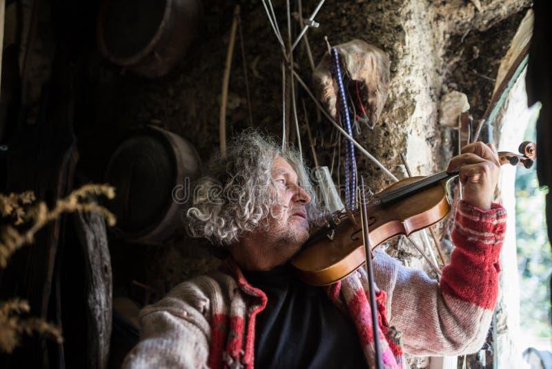 Oudere Boheemse mens het spelen viool royalty-vrije stock afbeeldingen