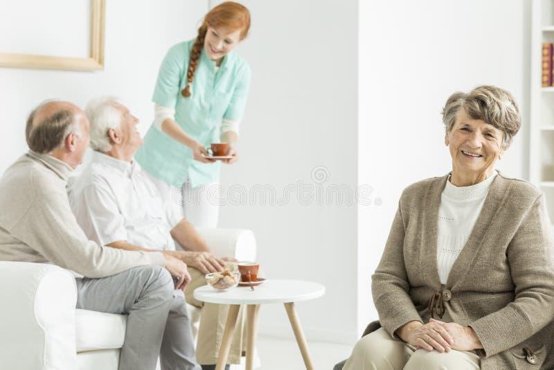 Oudere dame bij het hogere huis van ` s stock foto's