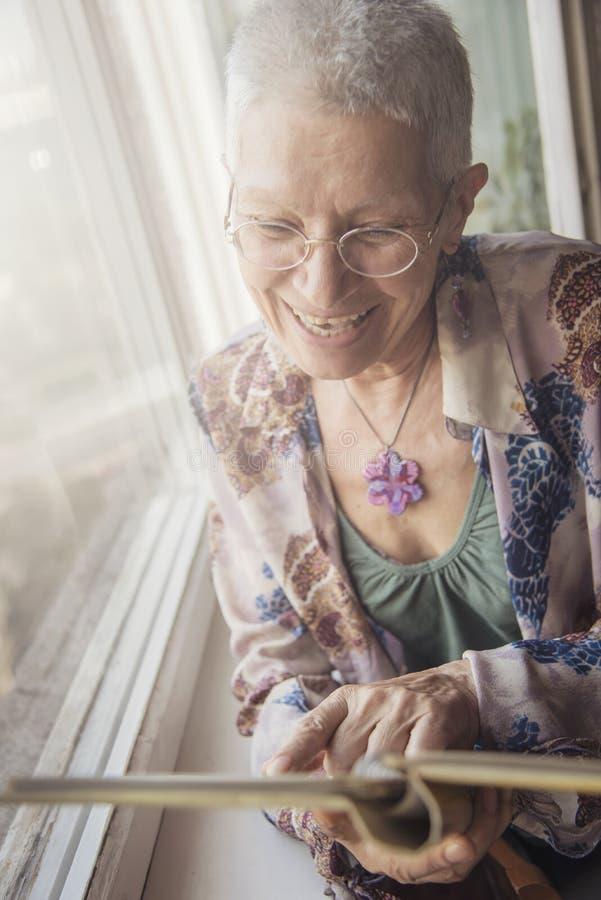Oudere dame die door foto's kijken royalty-vrije stock foto