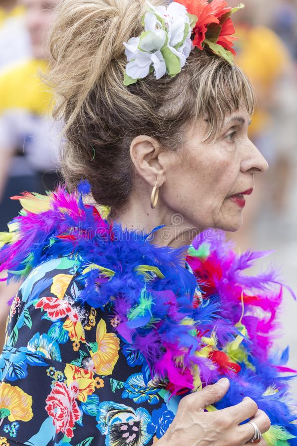 2018: Oudere dame die kleurrijke veren dragen die die Gay Pride-parade bijwonen ook als Christopher Street Day-CDD in München wor royalty-vrije stock afbeeldingen