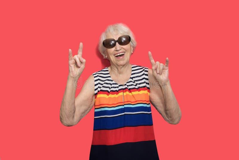 Oudere dame die rots op teken maken stock afbeelding
