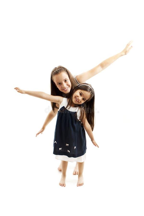 Oudere en jongere samen en zusters die spelen lachen Gelukkige kinderjaren Het concept van de familie royalty-vrije stock foto