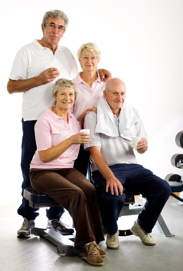 Oudere groep vrienden in de gymnastiek royalty-vrije stock foto's