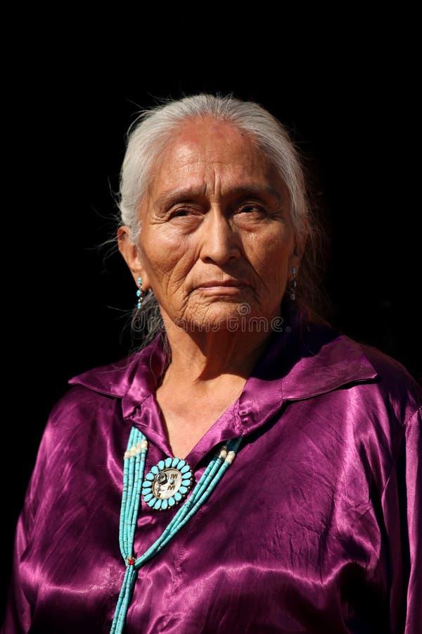 Oudere het Dragen van Navajo Met de hand gemaakte Traditionele Juwelen stock fotografie