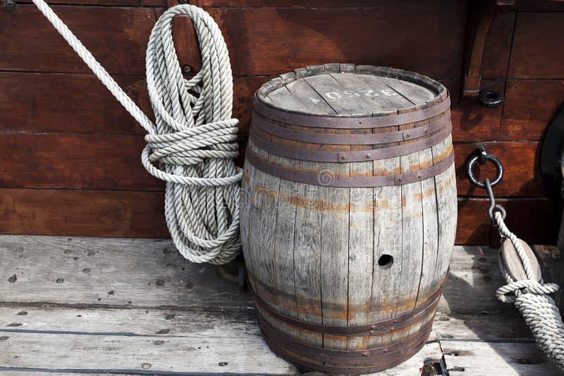 Oudere ingewikkelde mariene kabels en oud houten vat op dek van een schip royalty-vrije stock afbeeldingen