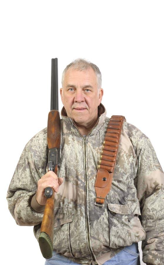 Oudere jager in camo met jachtgeweer stock foto's