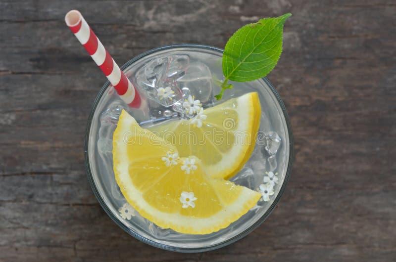 Oudere limonade met ijs royalty-vrije stock foto