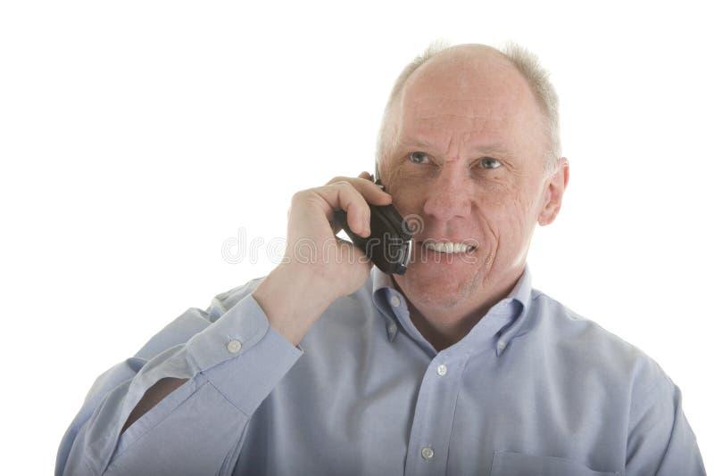 Oudere Mens in Blauw Overhemd op de Telefoon van de Cel stock afbeelding