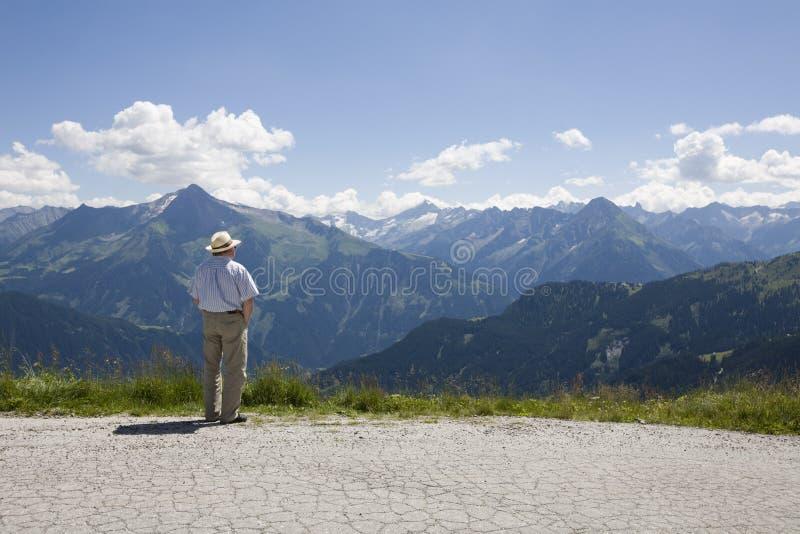 Oudere mens die de vallei overziet stock afbeeldingen