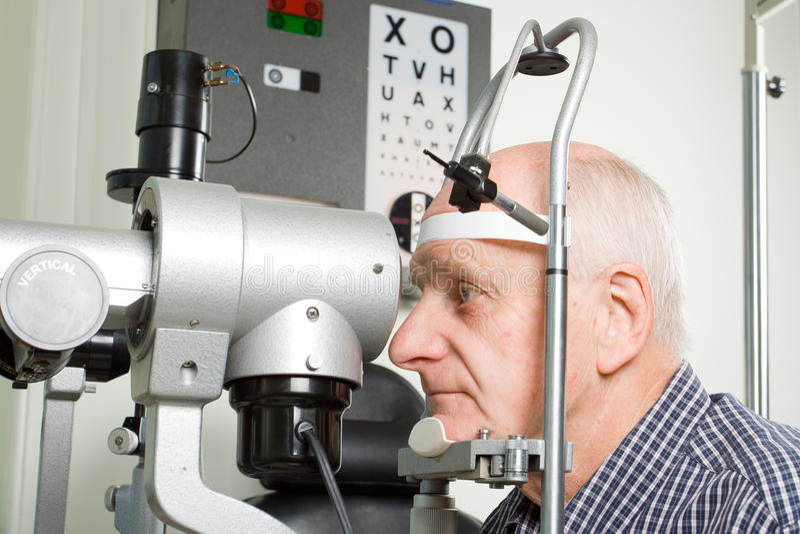 Oudere mens die oogonderzoek heeft royalty-vrije stock afbeeldingen