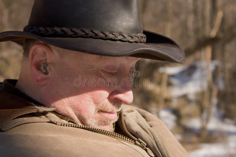 Oudere mens in het hout stock afbeelding