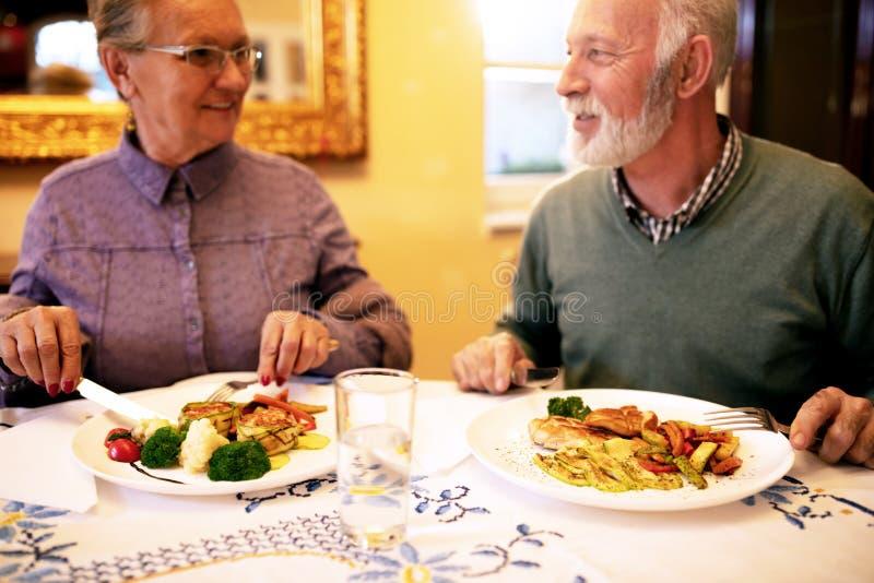 Oudere mensen die een gezonde maaltijd hebben stock fotografie