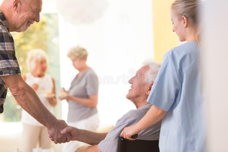 Oudere mensen die handen schudden stock foto