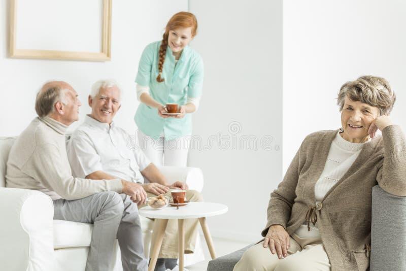 Oudere mensen die koffie drinken stock afbeeldingen