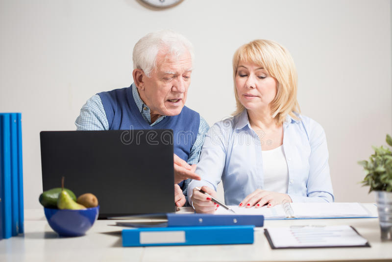 Oudere mensen die samenwerken royalty-vrije stock foto's