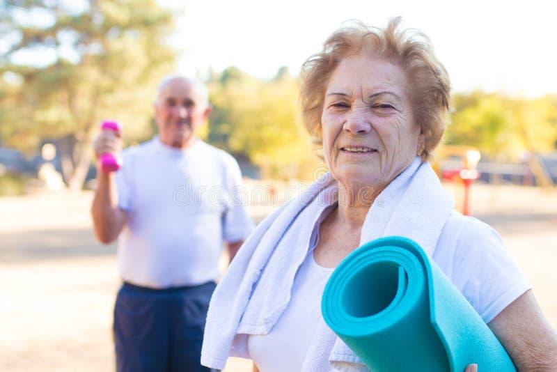 Oudere mensen die sporten doen stock foto's