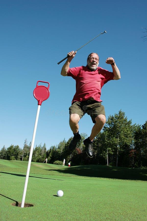 Oudere mensensprongen op golfcursus royalty-vrije stock fotografie