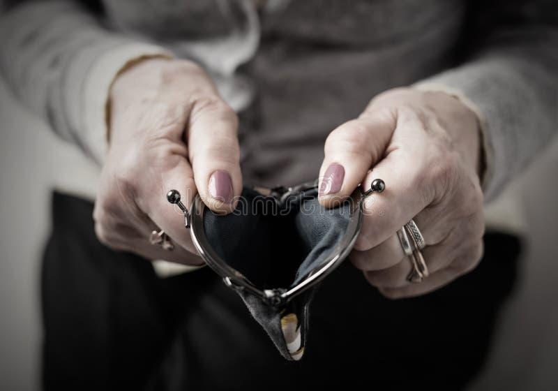 Oudere open het geldportefeuille van de persoonsholding royalty-vrije stock foto