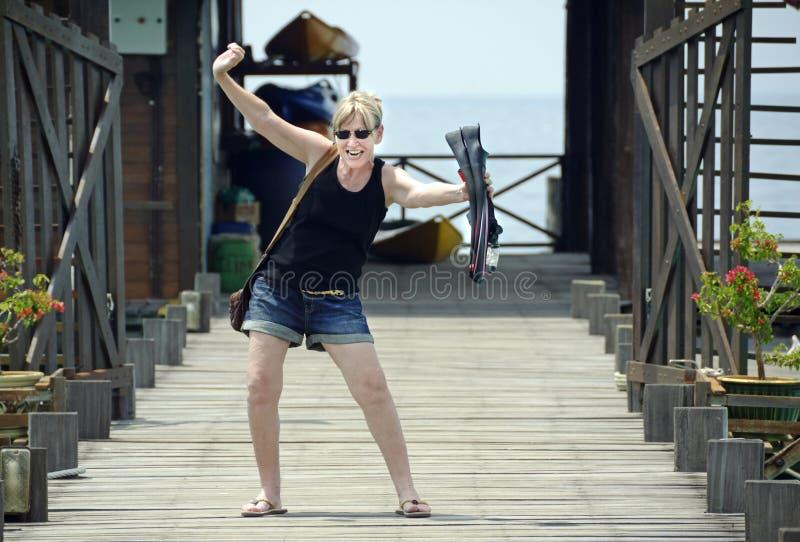 Oudere rijpe die vrouw bij de eilandtoevlucht wordt opgewekt om te gaan vrij duiken voor eerste keer royalty-vrije stock afbeelding
