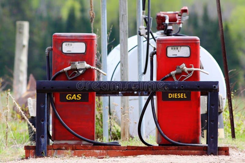 Oudere rode benzinepompen met diesel en gas stock foto
