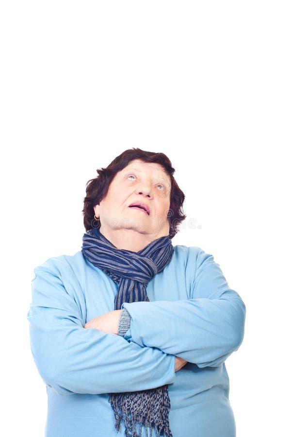 Oudere vrouw die omhoog kijkt stock fotografie