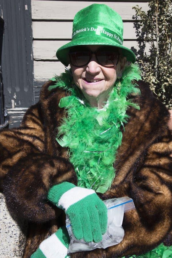 Oudere vrouw in groene, St Patrick Dagparade, 2014, Zuid-Boston, Massachusetts, de V.S. stock foto's