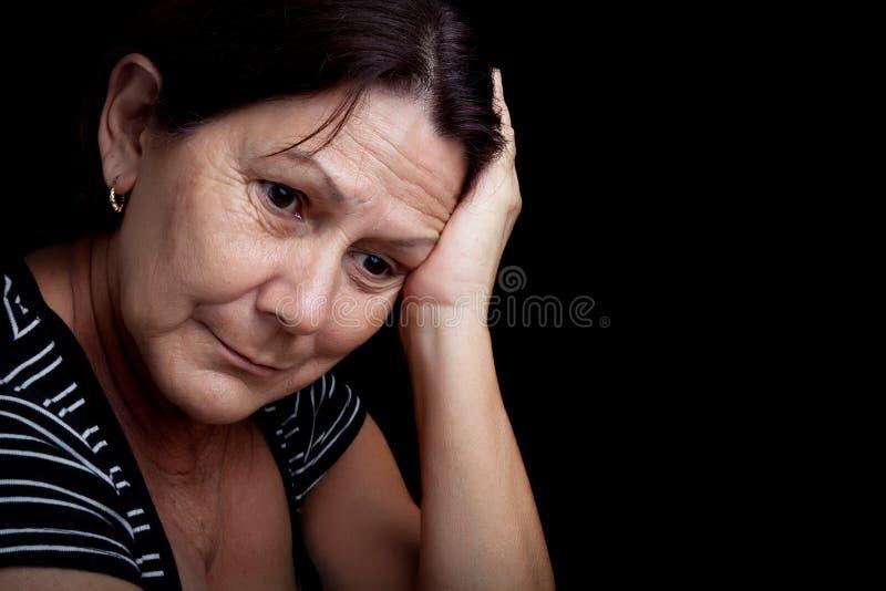 Oudere vrouw met een zeer droevige uitdrukking royalty-vrije stock foto