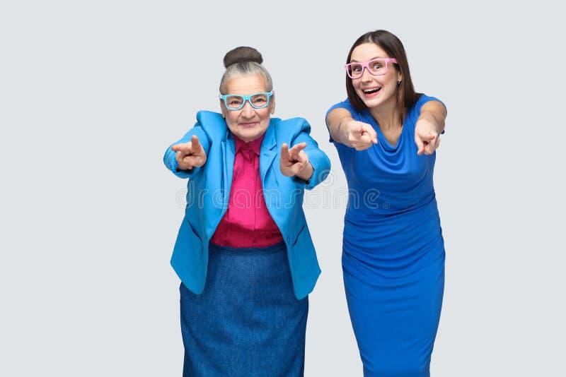 Oudere vrouw met kleinkind die vingers richten op camera royalty-vrije stock afbeelding