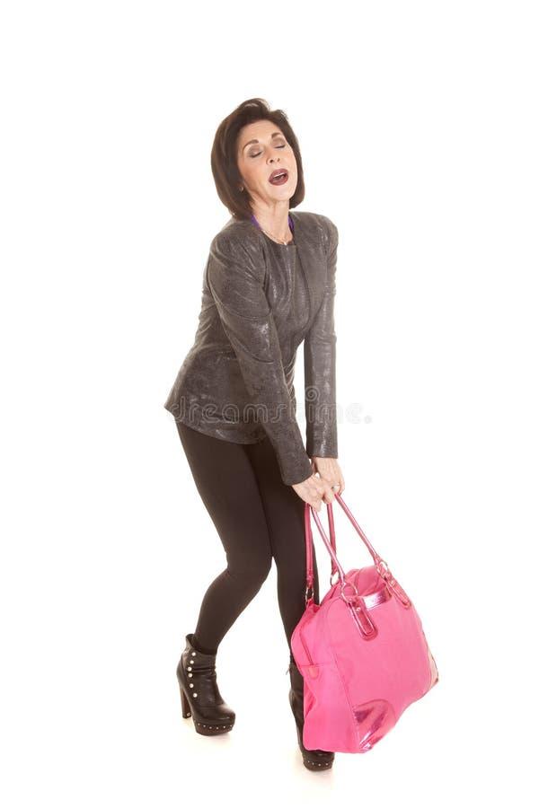 Oudere vrouwen roze zware zak stock foto