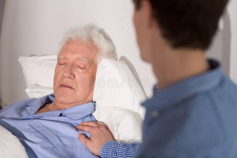 Oudere zieke mensenslaap stock afbeelding