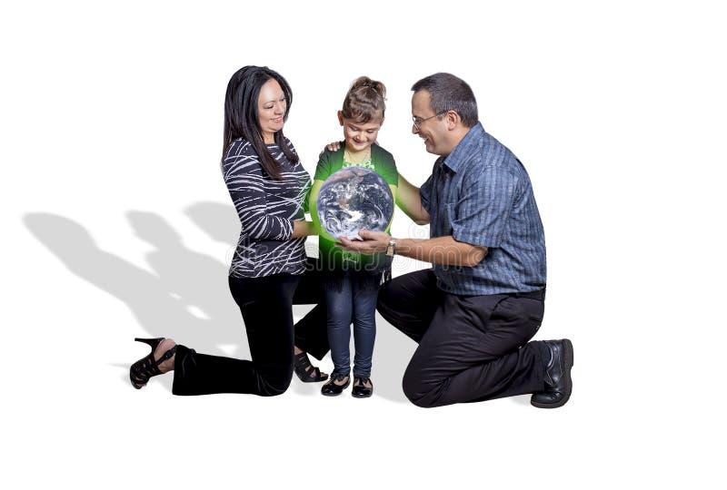 Ouders die een Groene Aarde overhandigen aan Hun Kind royalty-vrije stock foto's