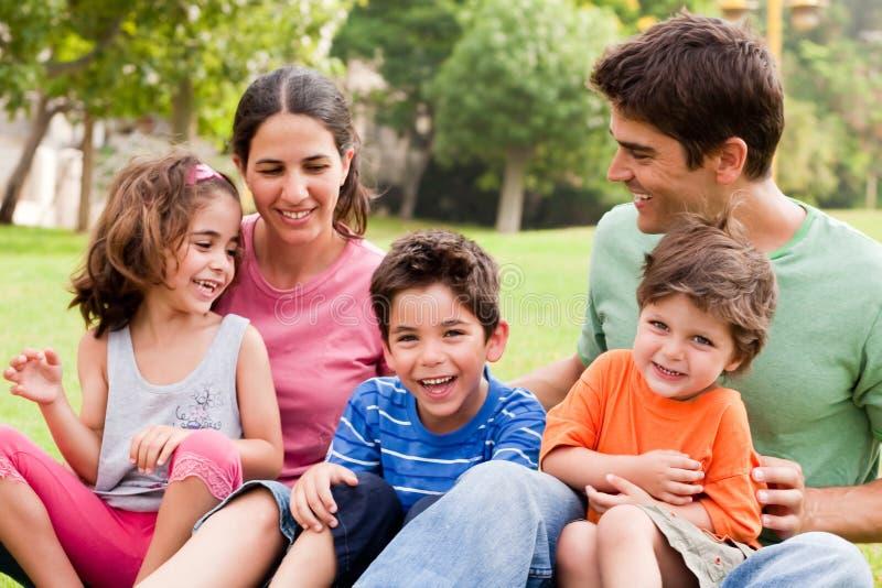 Ouders die goede tijd met hun kinderen doorbrengen royalty-vrije stock fotografie