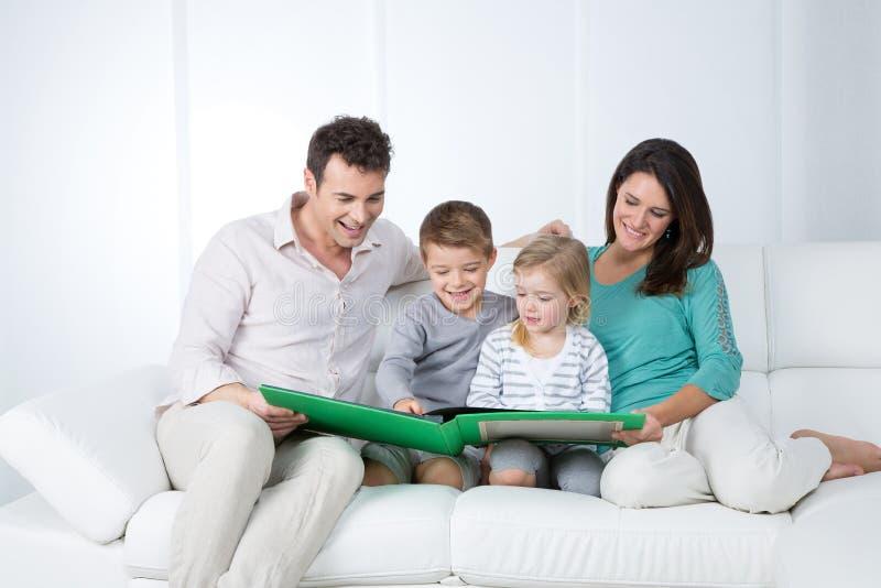 Ouders die met hun kinderen lezen stock foto