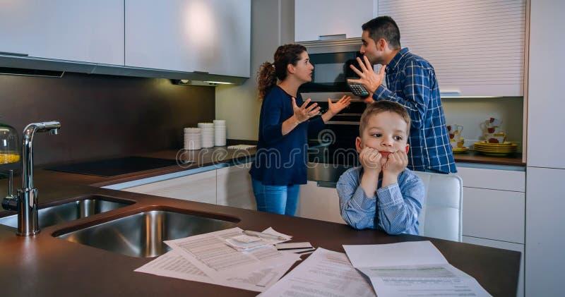 Ouders die met hun kleine zoon vooraan debatteren stock fotografie