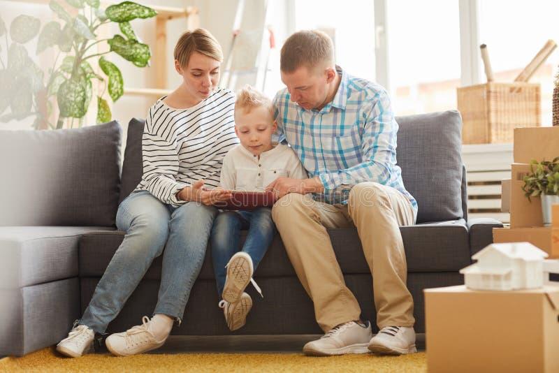 Ouders die tablet voor het digitale leren met zoon gebruiken royalty-vrije stock foto's