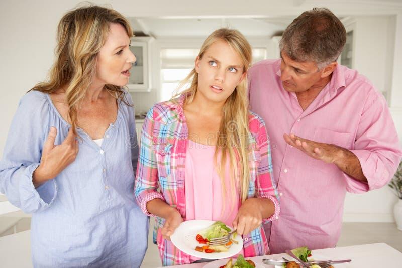 Ouders die tienerdaughter do chores maken royalty-vrije stock foto