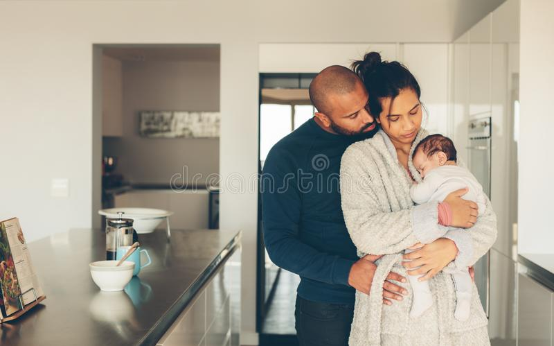 Ouders die tijd met pasgeboren zoon in ochtend doorbrengen stock afbeeldingen