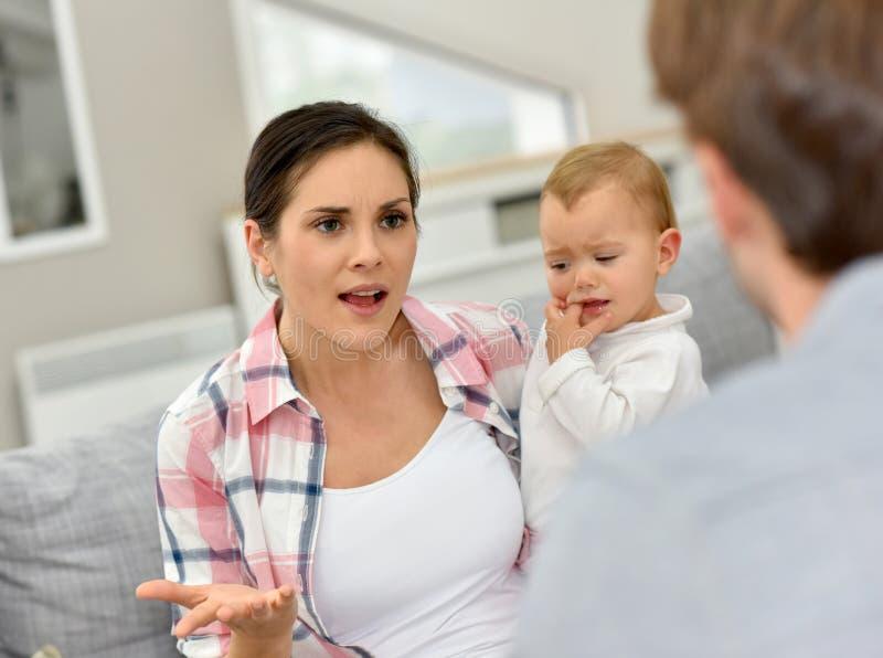 Ouders die voor baby debatteren royalty-vrije stock foto's