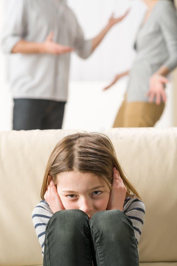 Ouders die voor dochter debatteren stock fotografie
