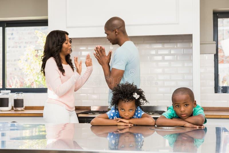 Ouders die voor kinderen debatteren royalty-vrije stock fotografie
