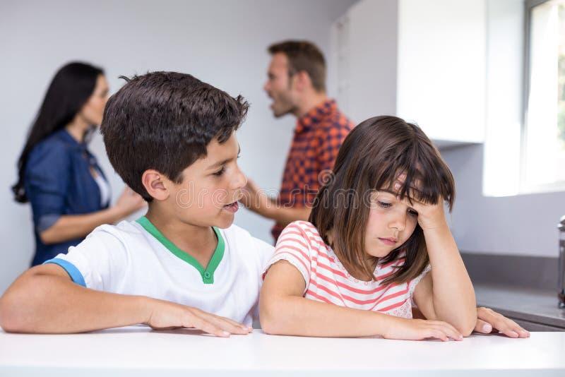 Ouders die voor kinderen debatteren stock fotografie
