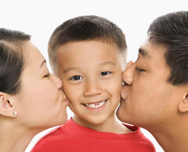 Ouders die zoon kussen. stock afbeeldingen