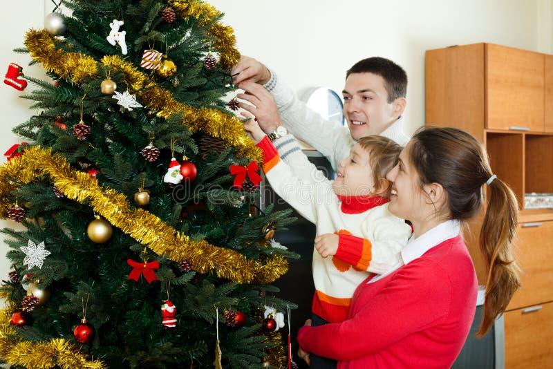 Ouders en babymeisje thuis stock fotografie