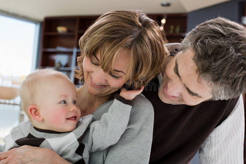 Ouders en hun baby stock fotografie