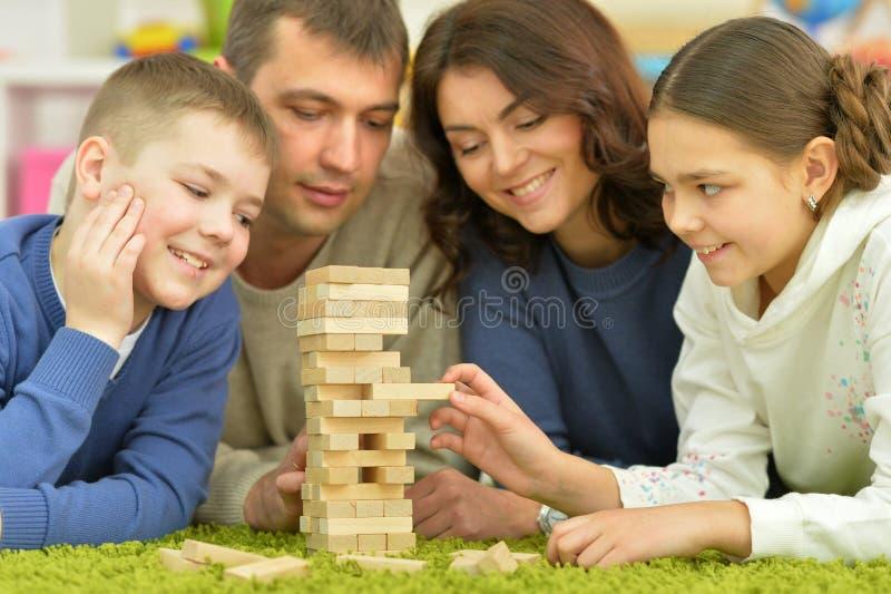 Ouders en kinderen die met blokken spelen stock foto