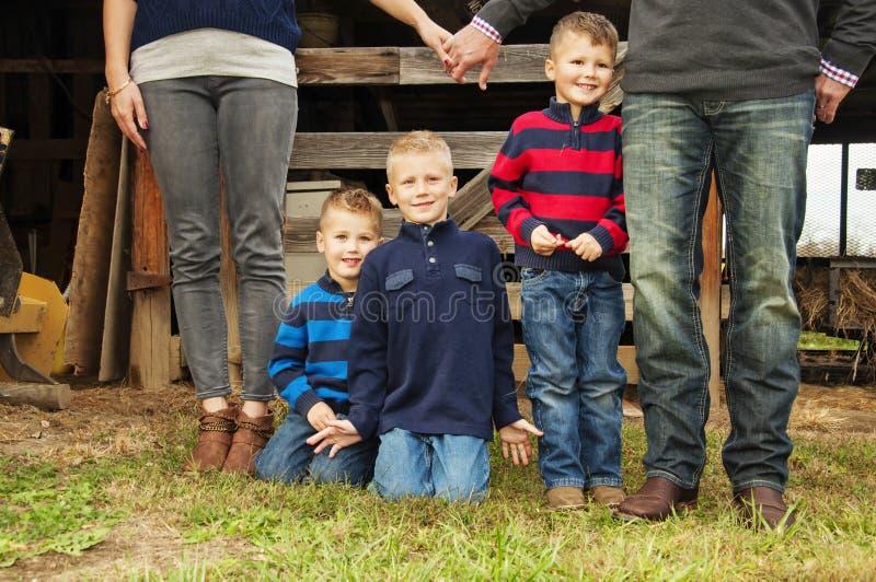 Ouders en kinderen door schuur stock afbeeldingen